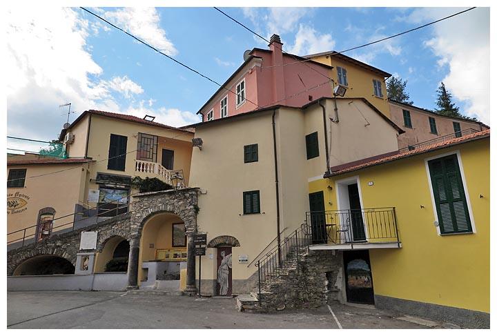 Liguria in bici da sanremo a valloria il paese delle for Case con verande tutt attorno